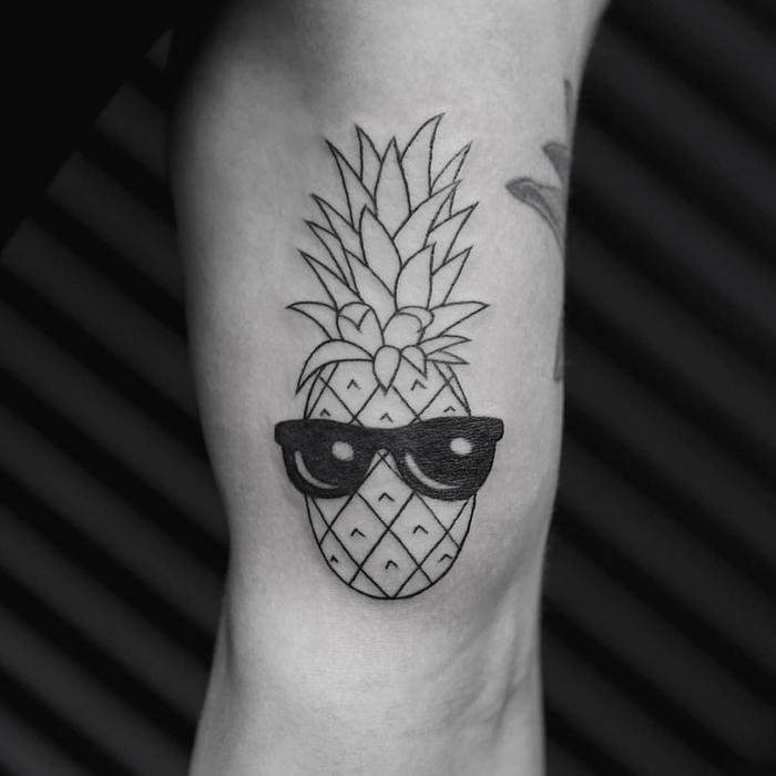 un tatouage simple mais impressionnant représentant un ananas portant des lunettes