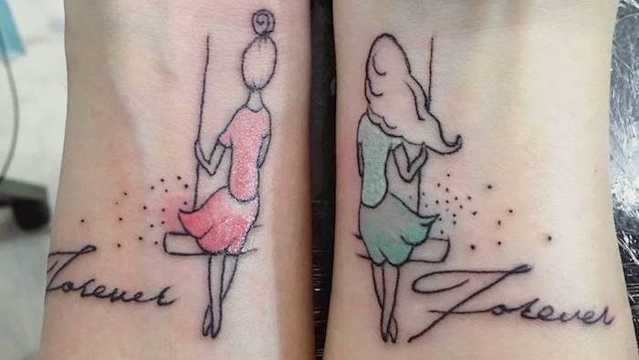 tatouage femme, dessin en couleurs sur les poignets, tatouage amitié avec silhouettes féminines sur balançoires