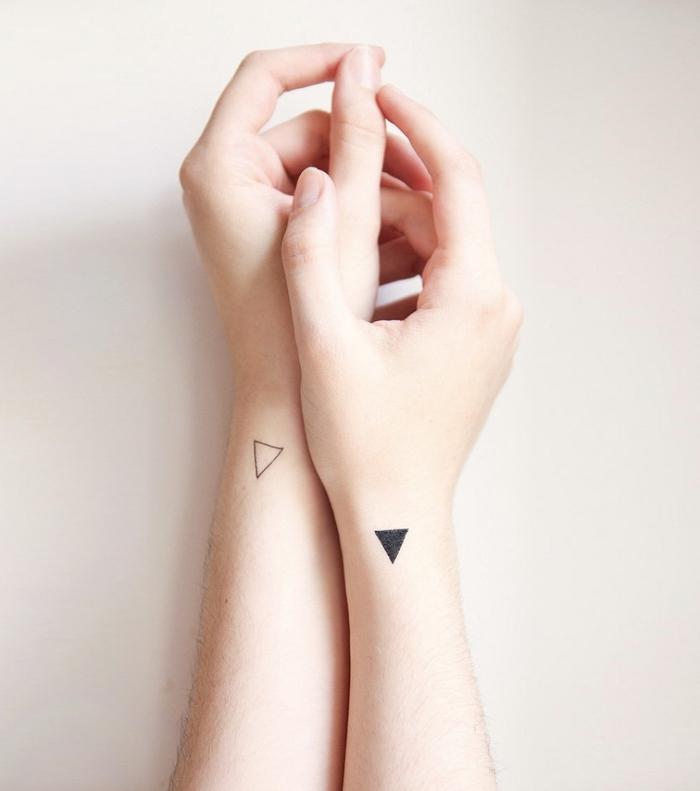 le tatouage triangle signification et emplacement, idée pour un tatouage au style minimaliste