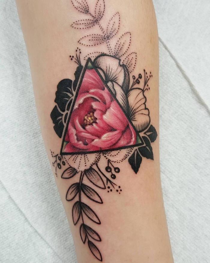 la signification tatouage triangle profonde associée à la beauté du motif floral et la technique du tatouage en pointillé