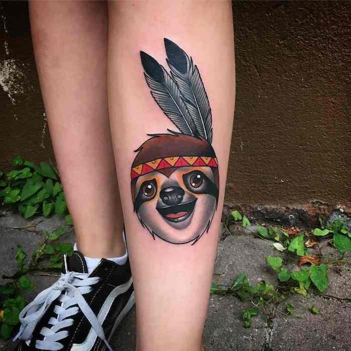 idée tatouage, art corporel en couleurs sur jambe féminine, image motif animal avec couronne de plumes