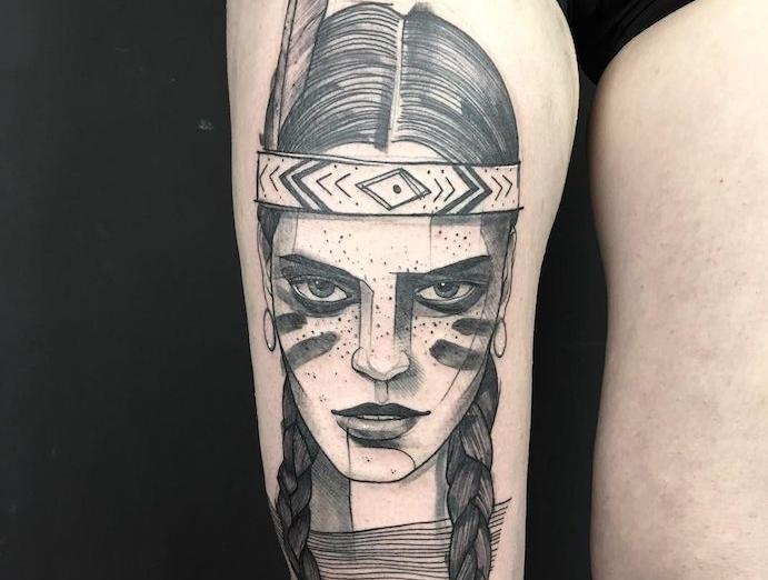 modèle de tatouage pour femme sur la jambe, tattoo à design femme guerrière aux cheveux tressés et maquillage indien