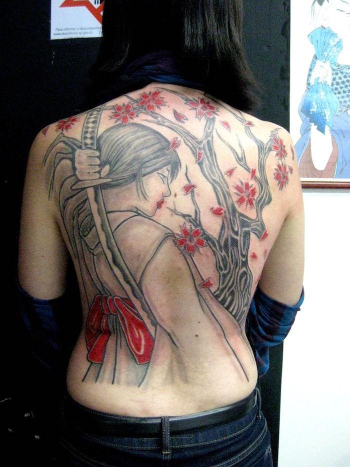 tatouage geisha guerriere dans le dos entier tattoo femme japon cerisier