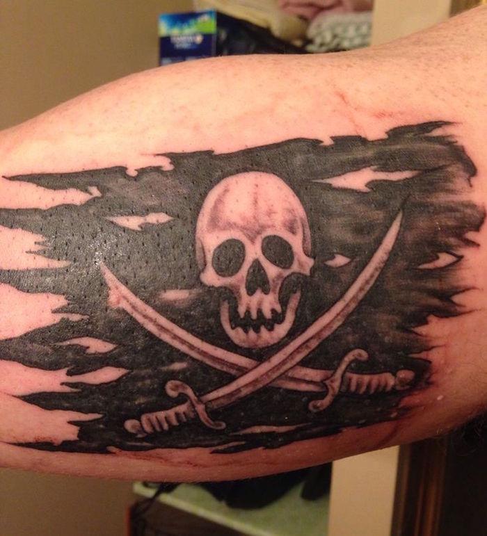 tattoo drapeau tete de mort symbole pirate