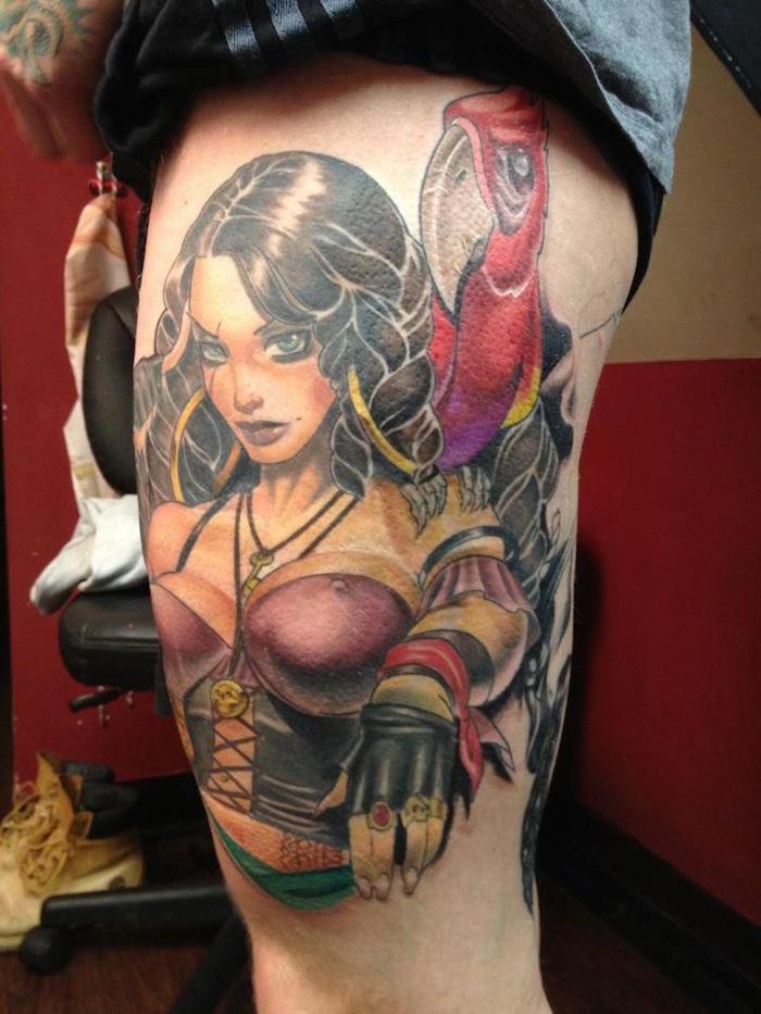 tattoo tête de pirate femme avec perroquet sur la cuisse en couleurs