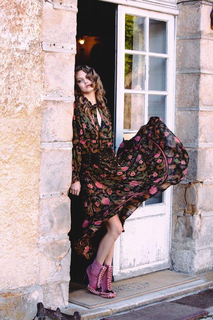 modèle de robe longue bohème chic à motifs floraux vert kaki et rose, coiffure cheveux longs bouclés marron