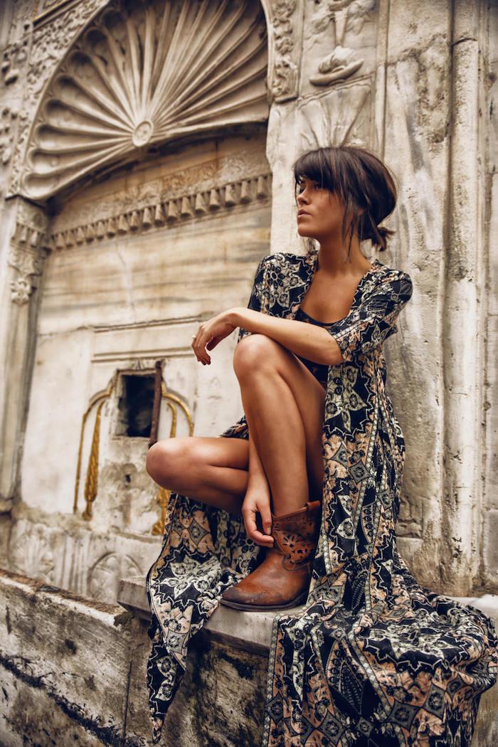 style vestimentaire femme, robe longue bohème chic en noir et marron, bottines en cuir marron