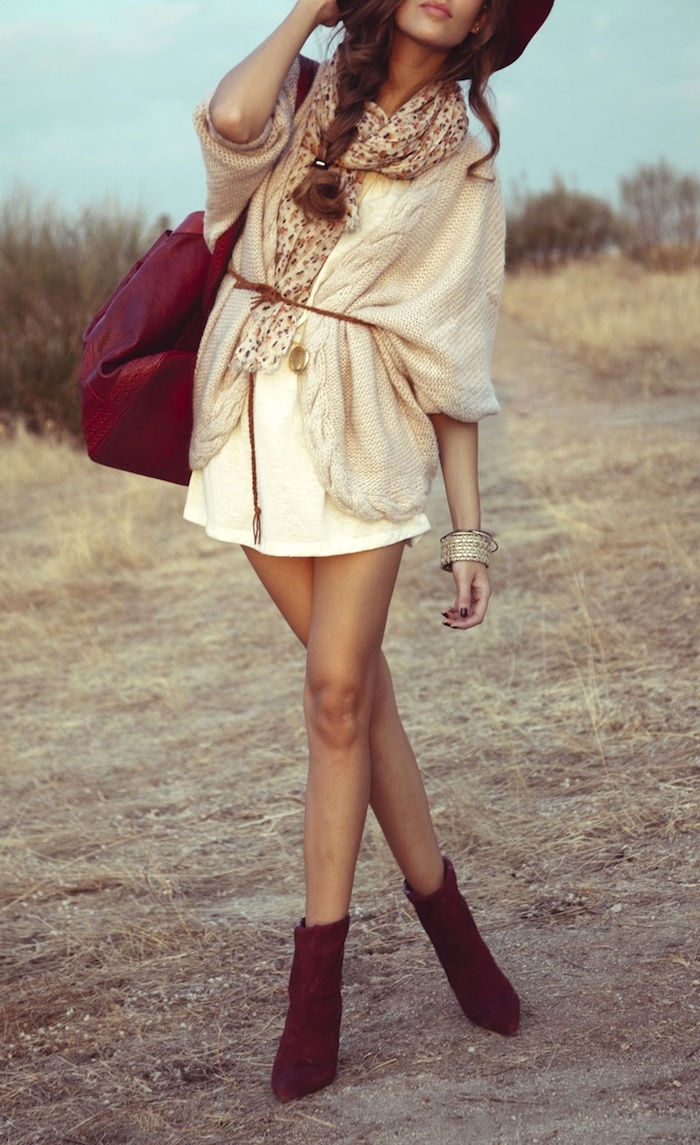 style bohème chic femme, écharpe longue en beige et marron, coiffure cheveux tresse sur côté
