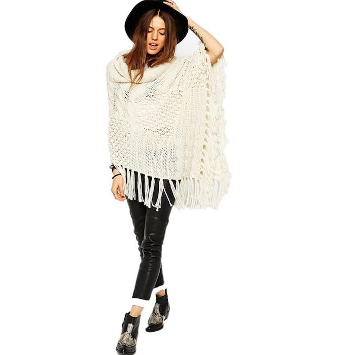 poncho femme blanc en crochet avec franges, pantalon slim en cuir noir avec bottines en cuir noires à déco motifs ethniques
