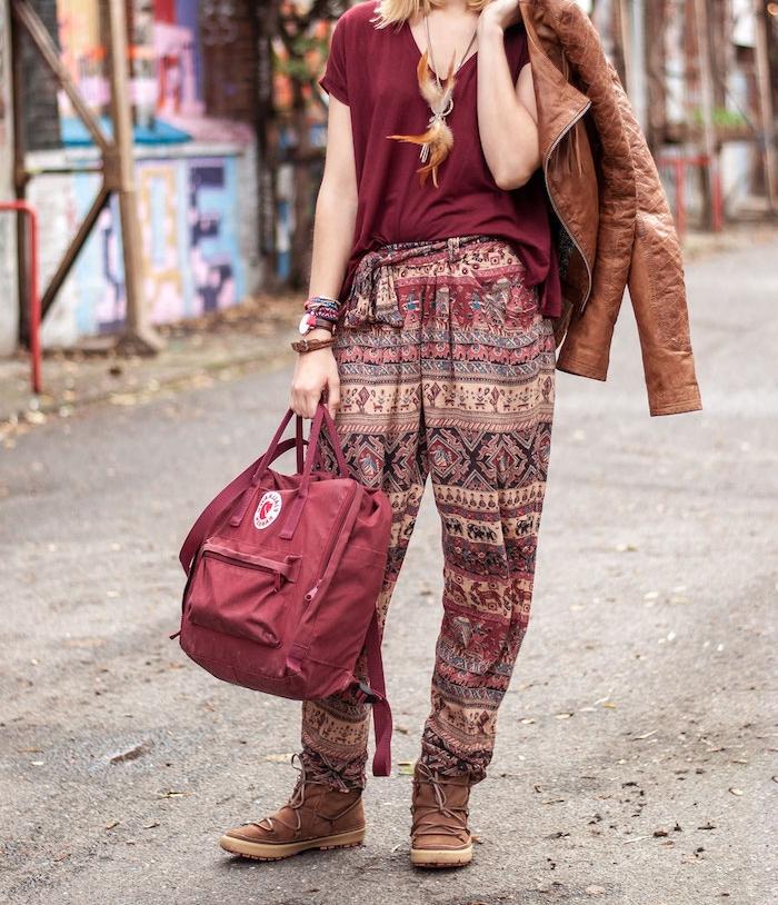 comment s habiller, pantalon taille haute à motifs ethniques marron rouge et noir, sac à main et t-shirt loose en rouge foncé