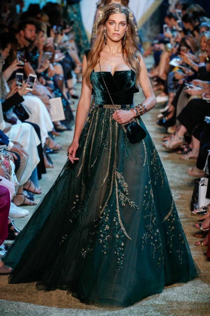 robe longue de soirée en vert et noir avec bustier chic et des broderies en fils gris argentés