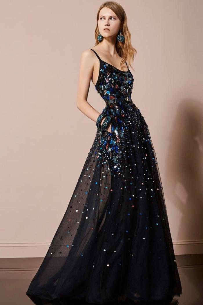 tenue de mariage en tulle noir avec des cristaux multicolores Swarowski et un grand décolleté