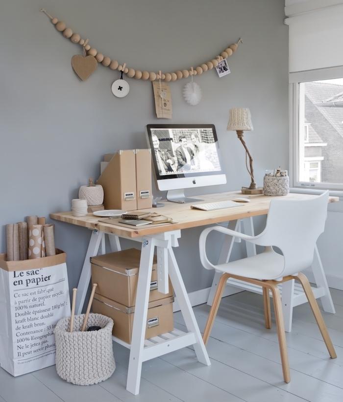 amenagement bureau, espace de travail aux murs gris et plancher en bois, lampe de bureau en matériaux naturels