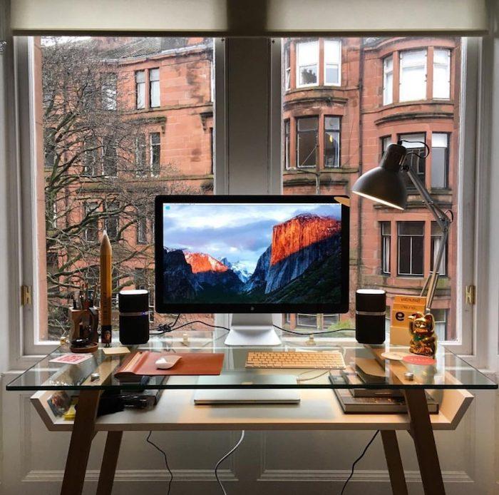 meuble bureau, comment aménager l'espace de travail à domicile, bureau en bois peint blanc et verre