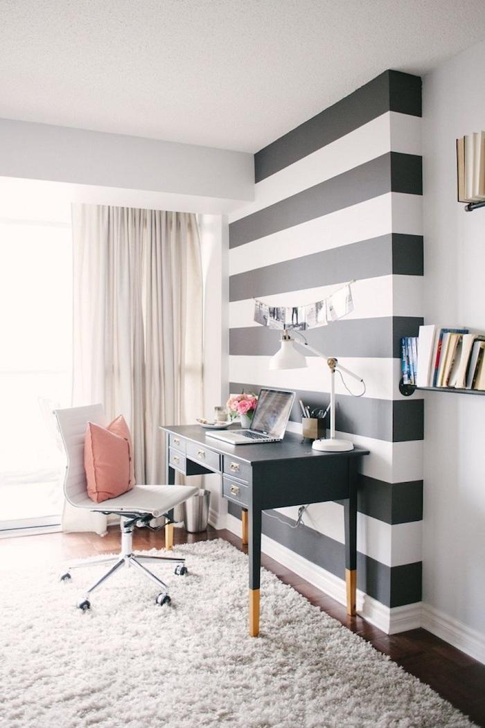 meuble bureau, office à domicile au plafond blanc et murs en blanc et noir, étagères murales en bois peintes en noir