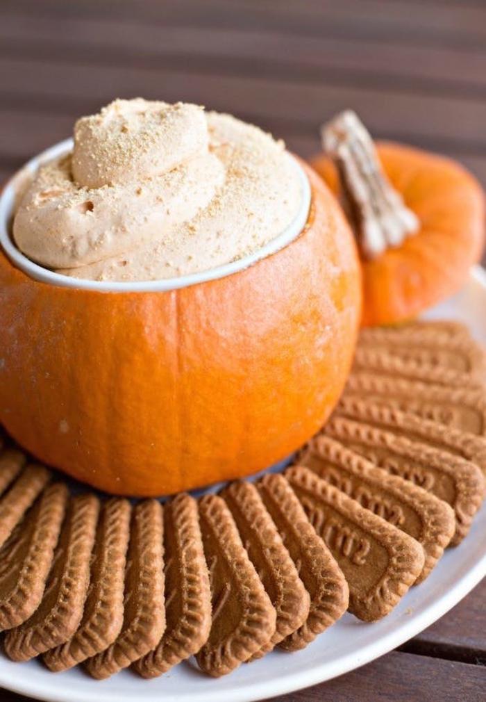 recette de trempette cheesecake servie dans une citrouille garnie de biscuits graham, aperitif halloween original pour petits et grands