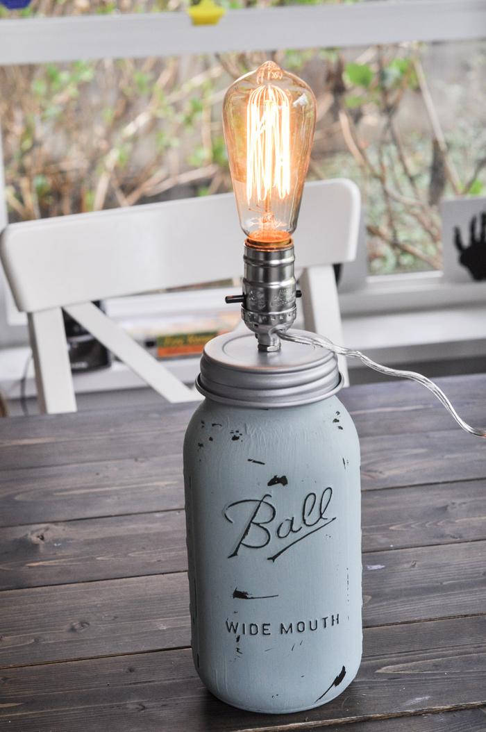 tuto pour faire une lampe de chevet de style shabby chic réalisée avec un bocal en verre, de la peinture décorative et un kit lampe vintage