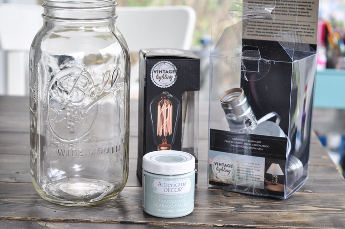 tuto diy lampe de chevet de style shabby chic réalisée avec un bocal en verre, de la peinture décorative et un kit lampe vintage bocal