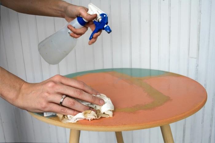 comment repeindre une table en bois pour lui donner un aspect de marbre, kit de peinture à effet marbre