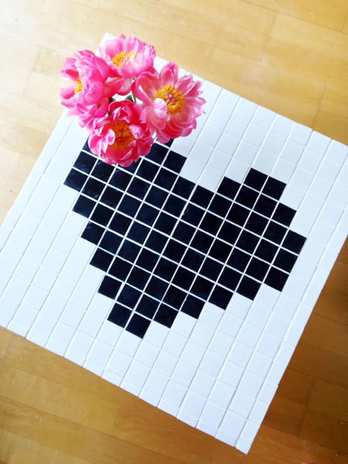 jolie table basse customisée avec de la mozaique à motif coeur,
