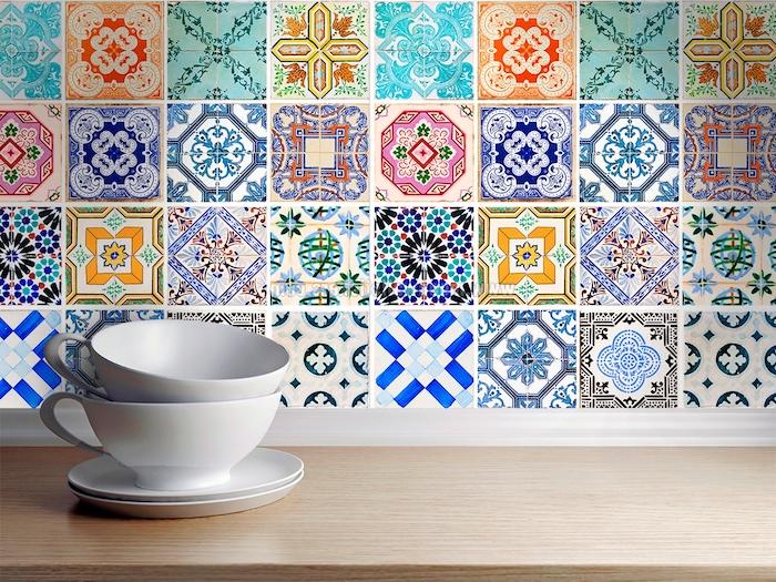 stickers carrelage portugais, mosaique patchwork d adhésifs à motifs floraux et géométriques différentes, vaisselle blanche et plan de travail bois clair