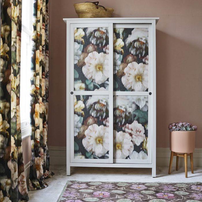 idée comment relooker une armoire, meuble blanc décoré de papier peint floral, mur couleur rose, rideaux fleuris, tapis coloré, papier peint chambre