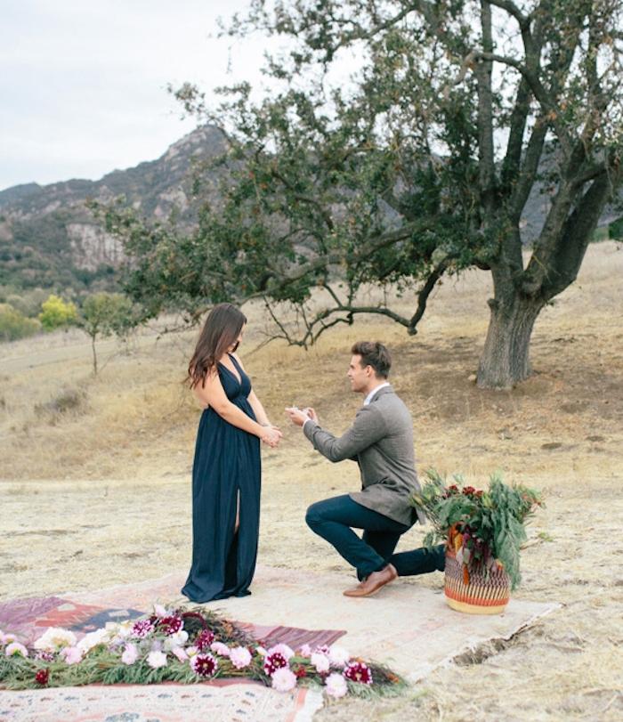une demande en mariage de rêve, style bohème chic, cadre anturel, pique nique avec couvertures orientales, composition florales