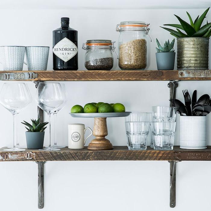 étagère en bois et metal rustique, rangement ustensiles de cuisine, vaisselle et couverts, des ingrédients rangés dans des pot en verre