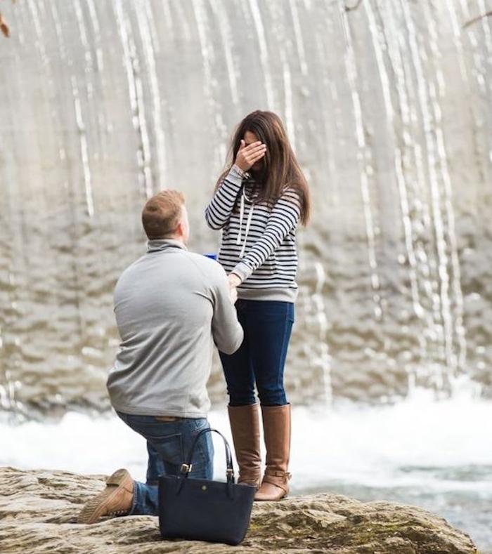 demande en fiancaille originale sur une falaise près d une cascade d eau, idée preposition pendant un voyage, vacances
