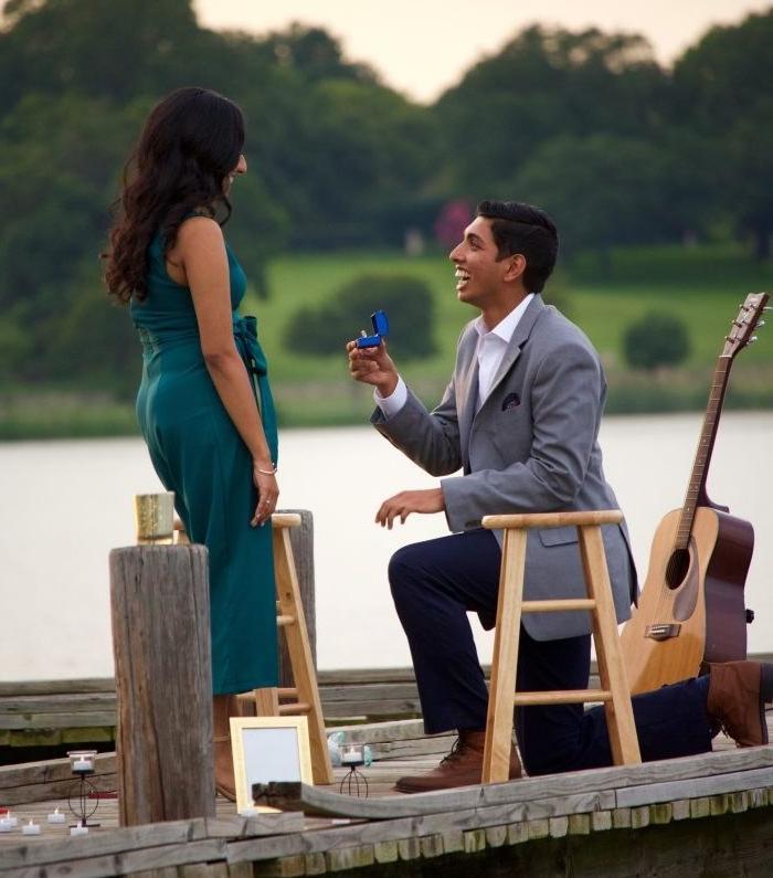 une idée de demande enmariage originale sur un quai, jouer un morceau de musique à la guitare, decoration de bougies et de cadres