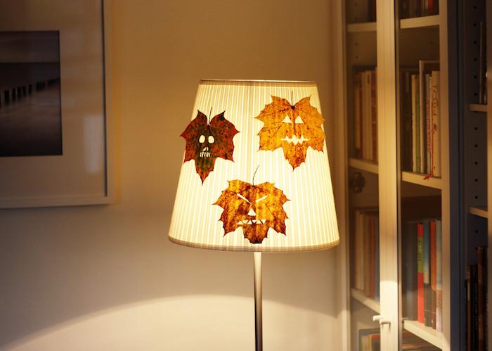 decoration lampe avec des feuilles mortes à visages effrayantes, bricolage halloween intéressant