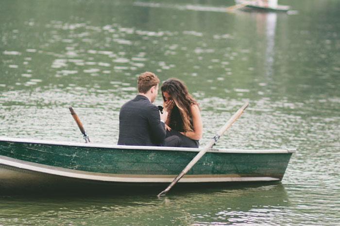 promenade en barque dans un lac avec demande en mariage originale, homme et femme scène de surprise