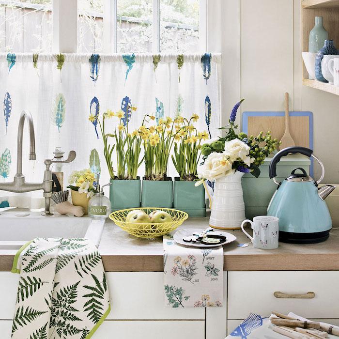 idee decoration cuisine, accents decoratifs campagne chic, vase pots de fleurs, bouilloire, bleu pastel, rideau blanc à plumes colorées, façade blanche