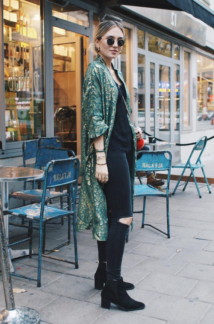 tenue boheme chic, débardeur et pantalon troué sur les genoux en noir, modèle de gilet long en vert foncé avec déco en or
