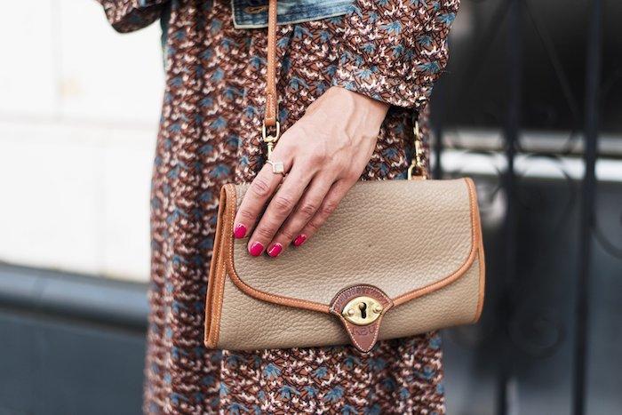 comment s habiller, robe longue à motifs floraux en marron et bleu avec veste en denim et sac à main beige