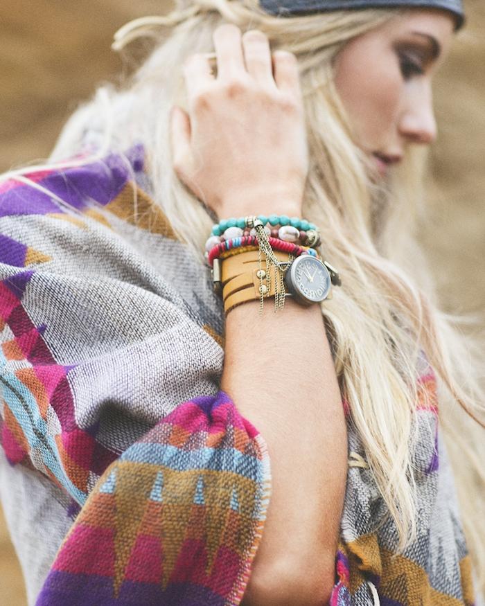 vetement femme, accessoires ethniques montre en cuir camel et bracelet en perles de bois multicolore