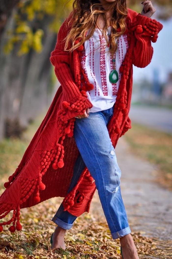 comment bien s habiller, gilet ultra long en crochet rouge avec pompons, chemise blanche à motifs ethniques rouges