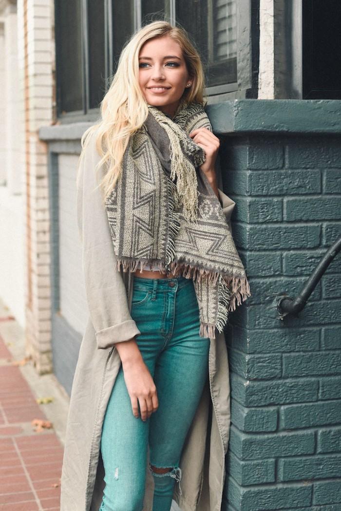 coupe de cheveux longs bouclés coloration blonde, pantalon vert déchiré avec gilet long beige