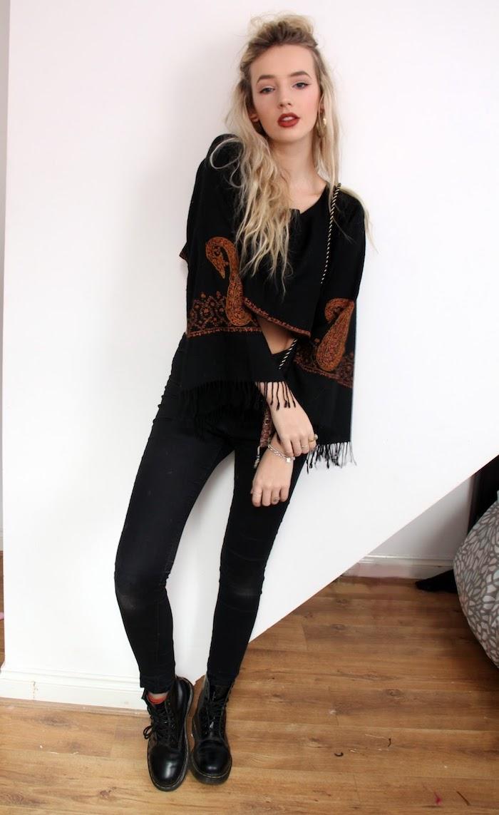 comment s habiller bohème chic en pantalon slim noir et blouse manches loose avec franges
