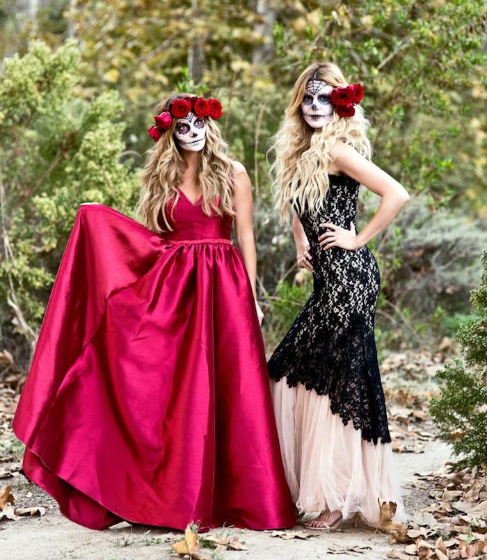 deguisement halloween femme, visage squelette calavera, base blanche, traits noirs, robes élégantes, couleur boreau et noir et blanc, couronnes de roses