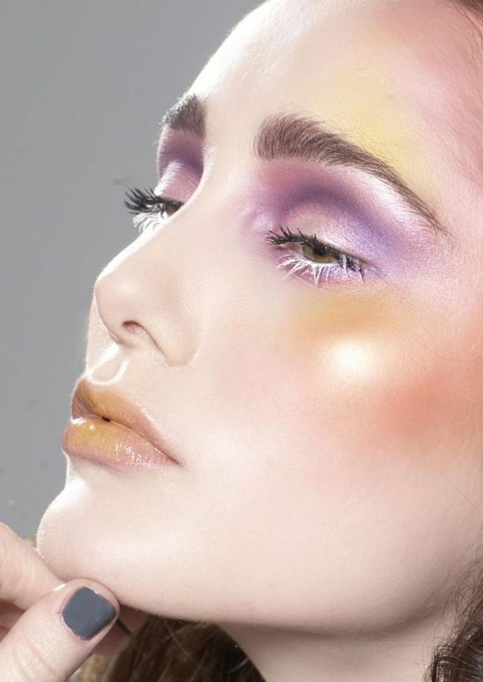 comment se maquiller maquillage yeux marrons et lèvres orange pastel sourcil épais blush orangé sur les jpues