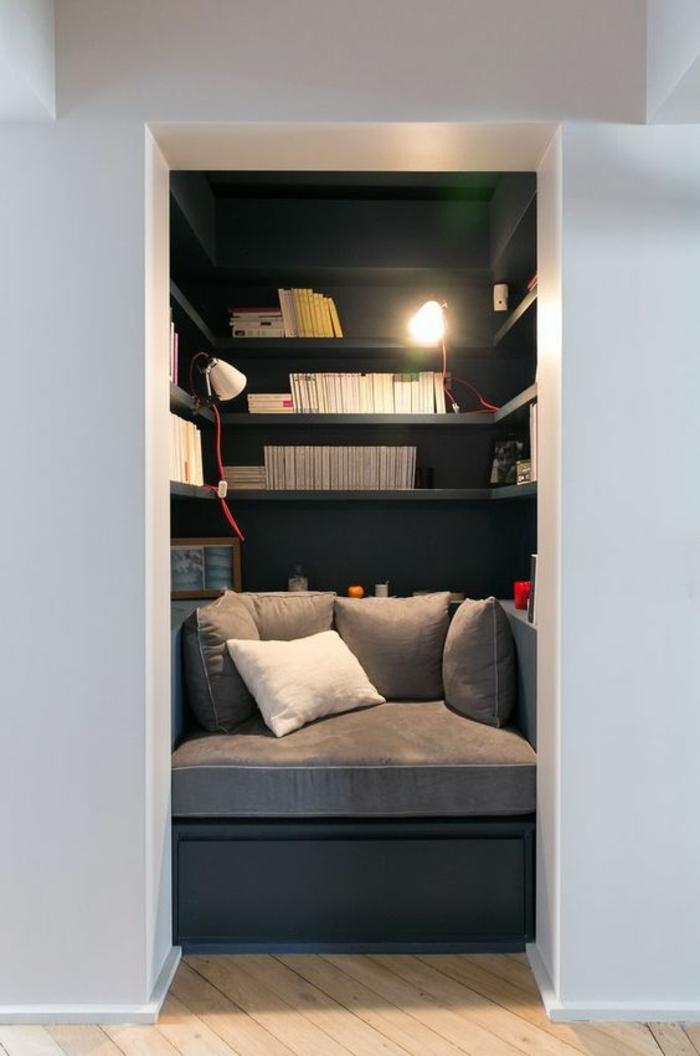 décoration chambre adulte, réalisée dans une niche en bleu pastel, lit en gris foncé et gris clair, en forme carrée, avec des étagères en forme carrée