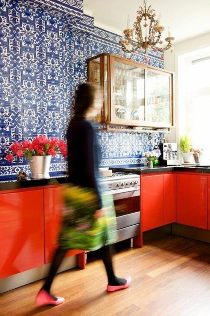 repeindre sa cuisine et installer des mosaïques en bleu et blanc espace meublé avec des meubles rouges, luminaire lustre avec des pampilles en cristal