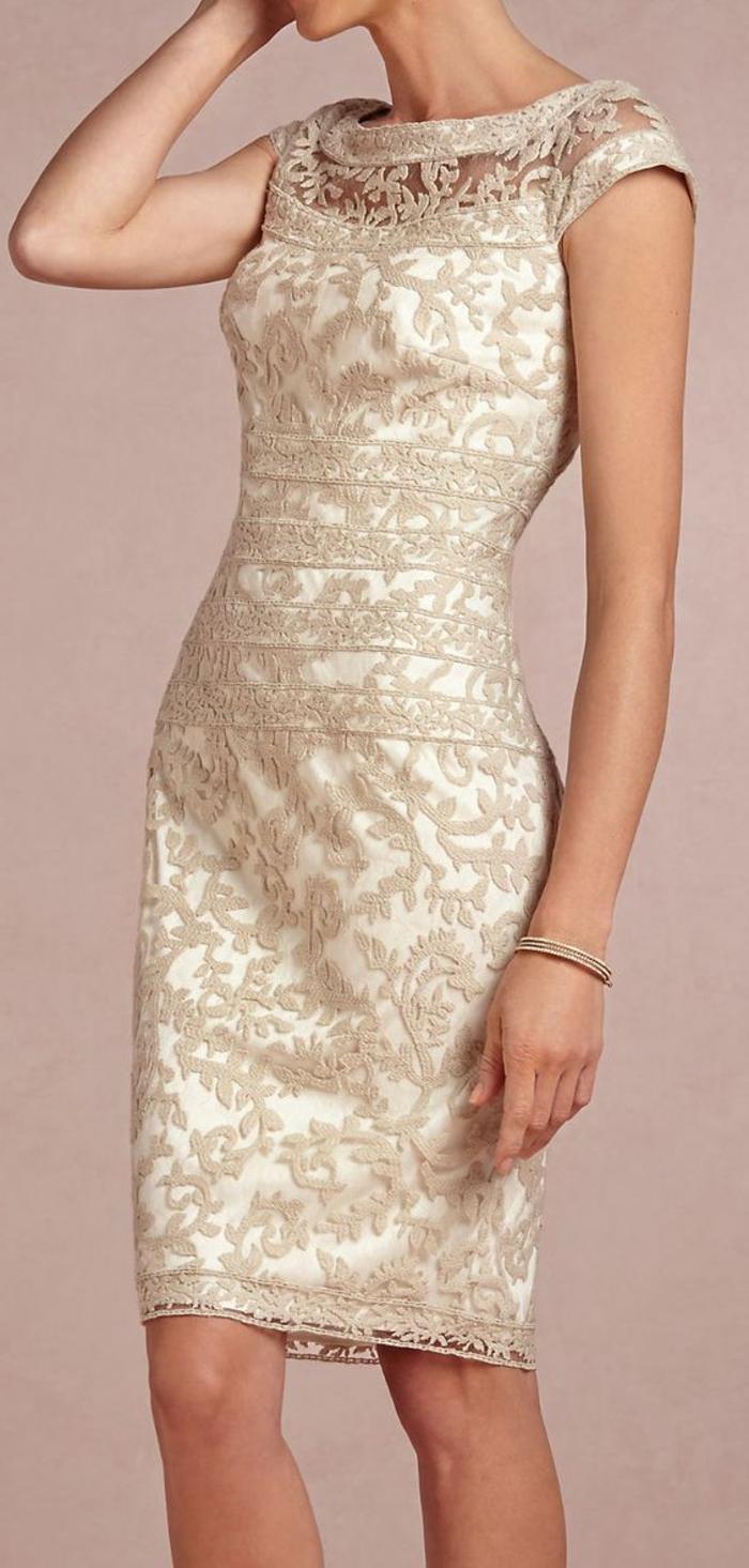 robe longue moulante en dentelle écru sur fond blanc avec de la dentelle raffinée sur les épaules et sur le décolleté