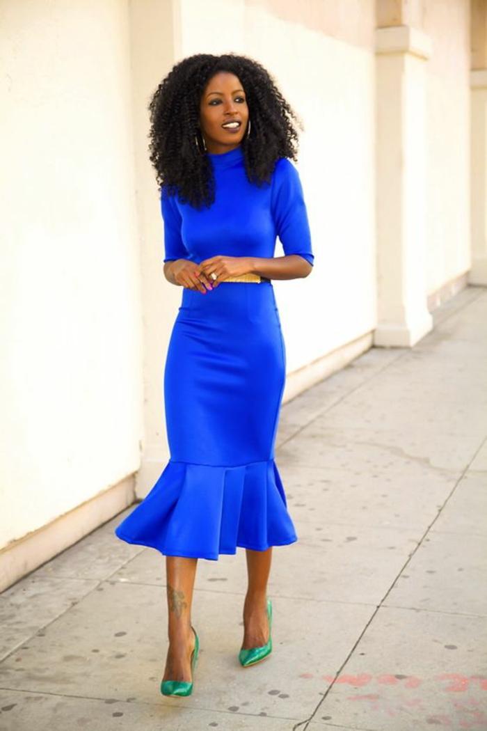 robe longue moulante en bleu électrique avec un grand volant sur les ourlets avec les manches longues jusqu'aux coudes