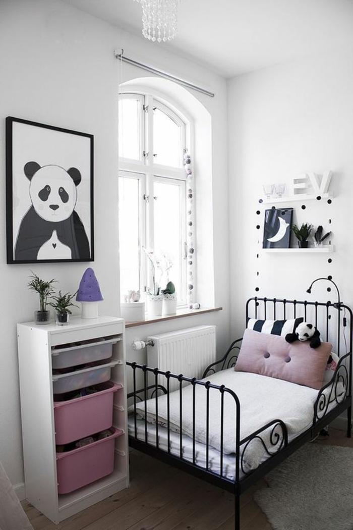chambre de 9m2 avec lit vintage en métal noir, des étagères blanches, une panda en peluche sur le lit et sur un grand tableau accroché au mur, chambre réalisée en rose et blanc