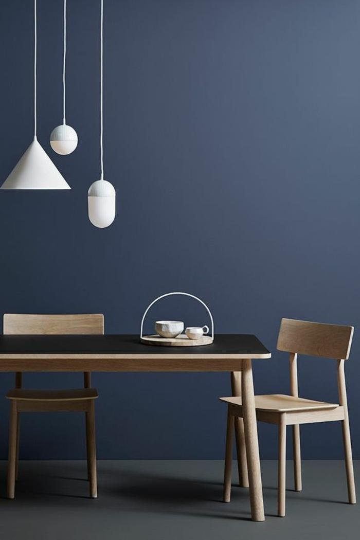 nuance de bleu couleur bleu gris dans une salle à manger avec des luminaires pendants blancs et avec une grande table rectangulaire