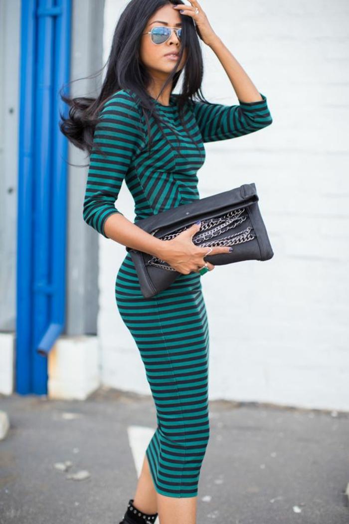 robe longue moulante aux rayures noires et vert électrique style punk avec sac et chaussures de style punk