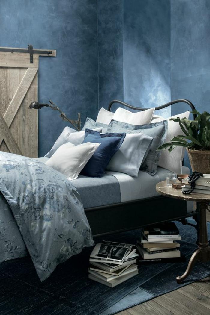 bleu canard chambre murs dans des nuances du bleu avec linge de lit nuancé bleu et gris