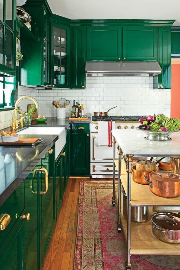 repeindre sa cuisine briques blanches et meubles verts avec surface lisse et brillante, évier en couleur dorée, tapis oriental au sol en fuchsia et gris
